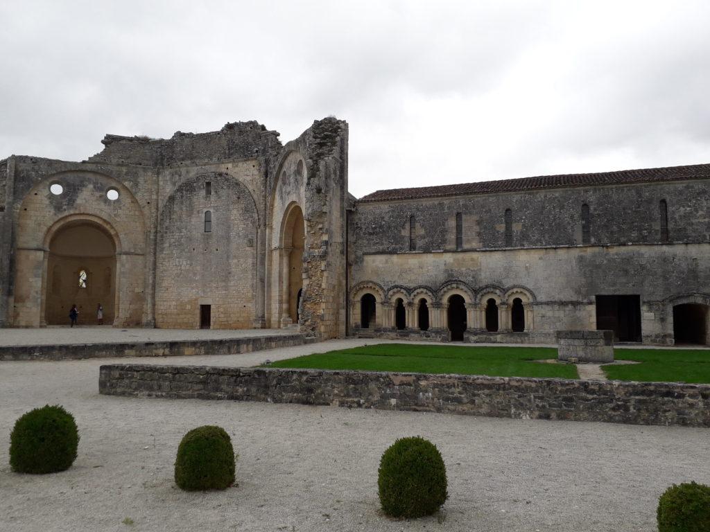 Vue sur la façade de la salle du chapitre de l'abbaye de Trizay