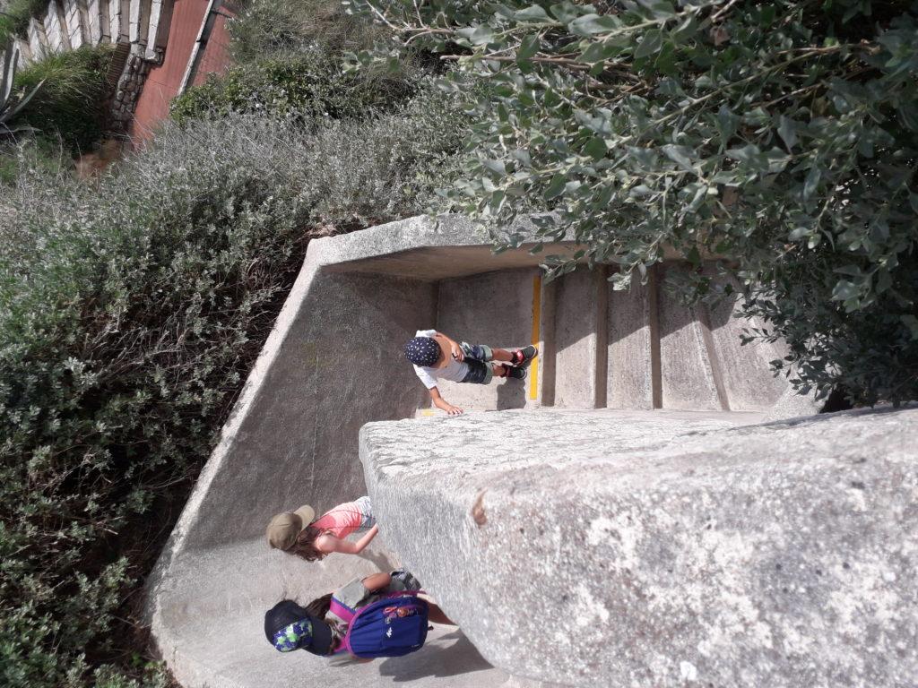 Escalier menant à l'intérieur des grottes de Matata